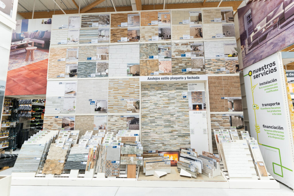 Suelos cerámicos y paneles expositores: así hacemos los cambios de colecciones para Leroy Merlin 0